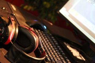 Derlei Equipment braucht der E-Sportler: Neben einem Rechner ein gutes Keyboard, eine Profimaus sowie schallisolierende Kopfhörer.