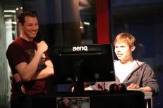 JohnDoe erläutert seine Aktionen während dem Spiel gegen einen Online-Gegner. Doppeltes Multitasking!