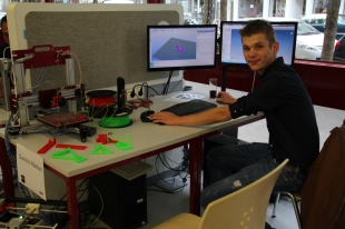 Dominic Markert brachte seinen 3D-Drucker und modellierte für Besucher.