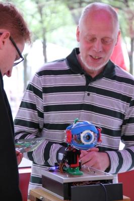 Ein Roboterauge dessen Plastikteile komplett mit am Drucker der Stadtbibliothek entstanden sind. Jetzt bewegt sich das Auge auf Knopfdruck.