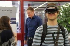 Am Stand des Fraunhofer Instituts probiert ein Besucher die Microsoft Hololens