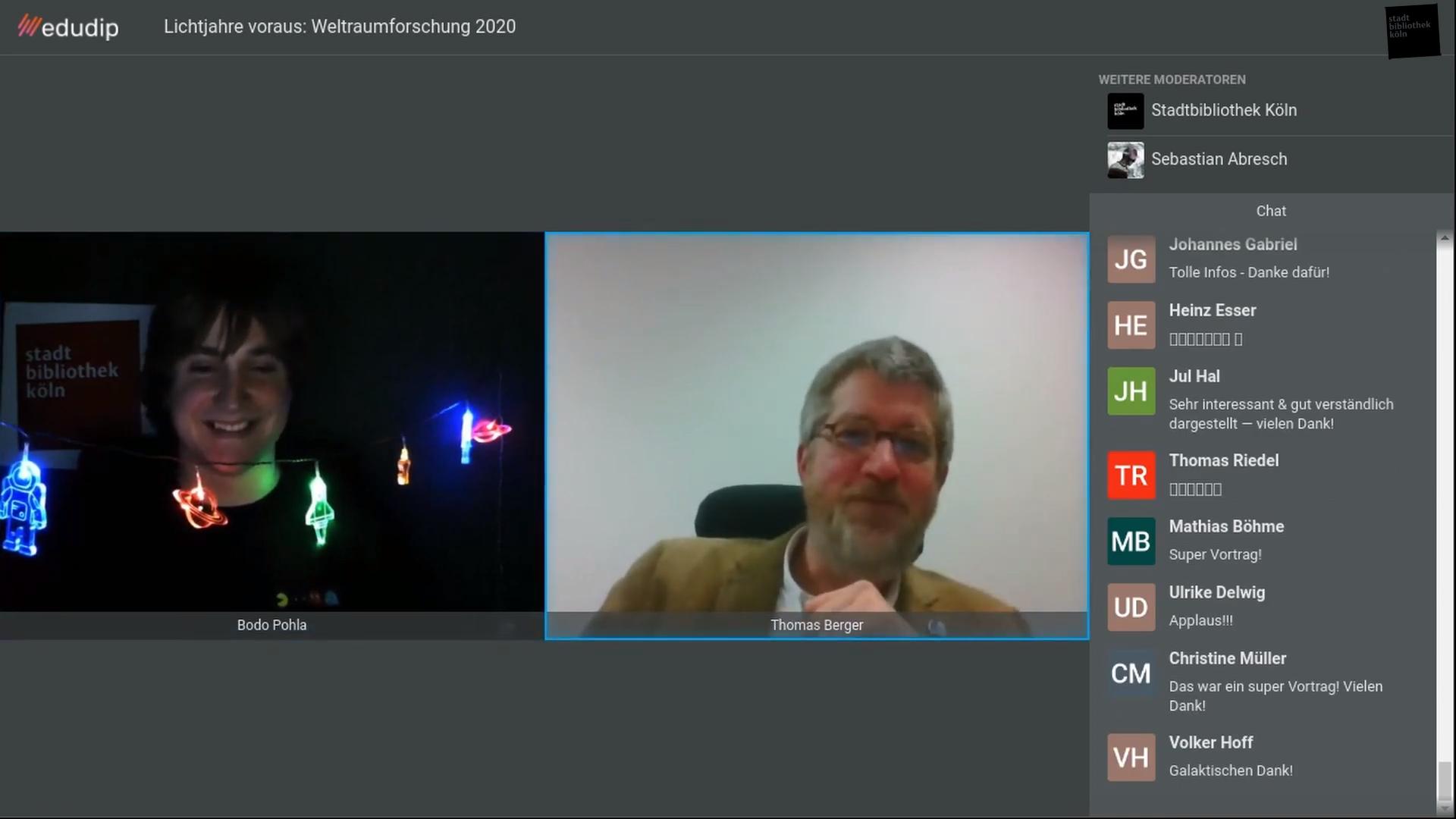 Webinar-Oberfläche von edudip während der ersten Fragerunde. Links der Moderator Bodo Pohla mit einer Astro-Leuchtkette. In der Mitte der Vortragende Thomas Berger. Rechts der Chat der Veranstaltung. Teilnehmende danken noch dem Vortragenden Doktor Thomas Berger.